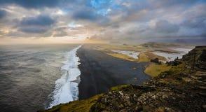 Stormachtige dag op het zwarte zandstrand Stock Foto