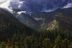 Stormachtige de herfsthemel met de zon die door over de bergen in Noord- Centraal Washington breken stock foto