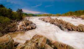 Stormachtige de lentedag in Great Falls, op het Potomac Riviernoordwesten royalty-vrije stock afbeeldingen