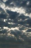 Stormachtige Donkere Hemel met Zonstralen die door breken Stock Afbeeldingen