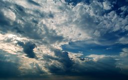 Stormachtige donkere wolken en witte wolken in de donkere hemel Stock Afbeeldingen