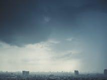 Stormachtige donkere wolken over de stad Royalty-vrije Stock Afbeelding