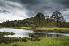 Stormachtige dramatische hemel over het plattelandslandschap van het Meerdistrict Royalty-vrije Stock Foto's