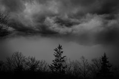 Stormachtige en sombere dag in de bergen Royalty-vrije Stock Foto's