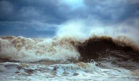 Stormachtige golven Royalty-vrije Stock Afbeeldingen