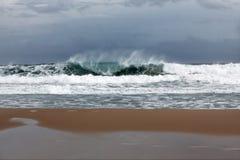 Stormachtige golven dichtbij strand Stock Afbeelding
