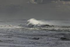 Stormachtige golven die de kust naderen Royalty-vrije Stock Afbeelding