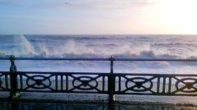 Stormachtige golven die op strand breken Stock Fotografie