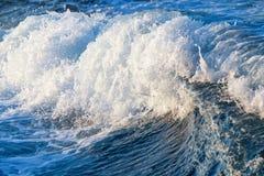 Stormachtige golven met plonsen Royalty-vrije Stock Fotografie