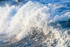 Stormachtige golven met plonsen Stock Foto's