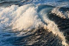 Stormachtige golven met plonsen Stock Afbeeldingen