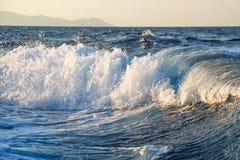 Stormachtige golven met plonsen Royalty-vrije Stock Afbeeldingen