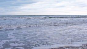 Stormachtige golven met schuim in het overzees Zandstrand in de winter stock videobeelden