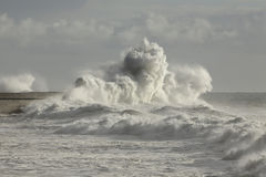 Stormachtige golven tegen havenmuur Royalty-vrije Stock Fotografie