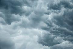 Stormachtige grijze bewolkte hemel Royalty-vrije Stock Afbeeldingen