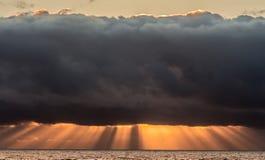Stormachtige hemel bij zonsondergang stock afbeelding
