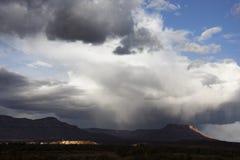 Stormachtige hemel met bergen. stock afbeelding