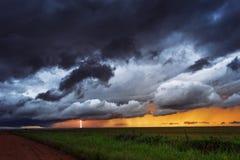 Stormachtige hemel met bliksem Royalty-vrije Stock Afbeelding