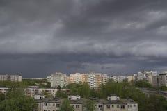 Stormachtige hemel over stad Stock Fotografie