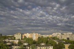 Stormachtige hemel over stad Stock Foto's