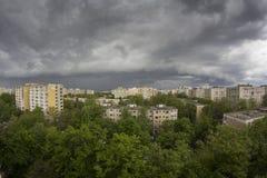 Stormachtige hemel over stad Royalty-vrije Stock Afbeeldingen
