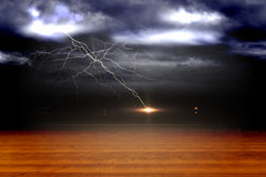 Stormachtige hemel over woestijn met bliksem Royalty-vrije Stock Foto's