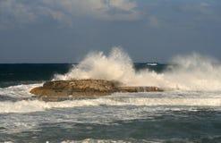Stormachtige Middellandse Zee op een de zomeravond royalty-vrije stock foto