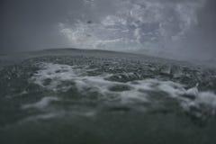 Stormachtige Oceaan bij Waterspiegel Royalty-vrije Stock Afbeelding