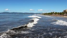 Stormachtige oceaan in Nuevo Vallarta Royalty-vrije Stock Foto's