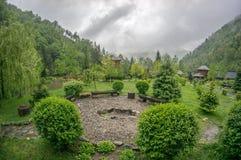 stormachtige ochtend in de Karpatische bergen verre plaats Romein Royalty-vrije Stock Fotografie