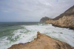 Stormachtige overzees en klippen in Salalah, Oman Royalty-vrije Stock Foto's