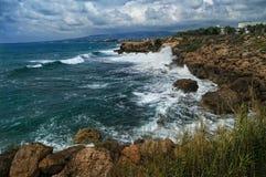 Stormachtige overzees en rotsachtige kust Stock Foto's