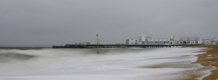 Stormachtige overzees, langzame blindsnelheid en Southsea-Pijler, Hampshire, het UK stock foto's