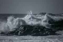 Stormachtige overzees op rotsachtige kust Stock Foto's