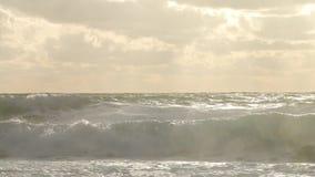 Stormachtige overzees tijdens de orkaanwinden van de slecht weercycloon Strand van de de golfplons van de zeewater het grote bran stock videobeelden