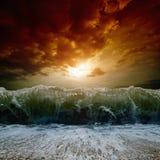 Stormachtige overzees, zonsondergang Royalty-vrije Stock Afbeeldingen