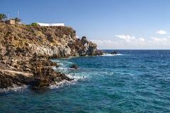 Stormachtige overzeese afstraffing op de rotsen Het Eiland van Tenerife, Spanje royalty-vrije stock fotografie