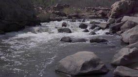 Stormachtige rivier in India stock videobeelden