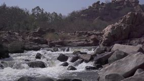 Stormachtige rivier in India stock footage
