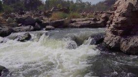 Stormachtige rivier in India stock video