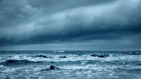 Stormachtige Ruwe Overzees Dramatische Donkere Hemel Cloudscape stock footage