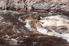 Stormachtige stroom van een rivier stock fotografie