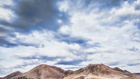 Stormachtige wolken in bergen stock footage