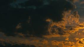 Stormachtige wolken bij zonsondergangwind met tegenovergestelde richting stock footage