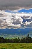 Stormachtige wolken op bergen Stock Foto