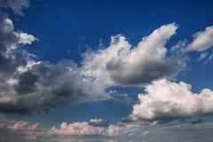 Stormachtige wolken op de blauwe hemel vóór de zonsondergang royalty-vrije stock foto