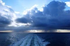 Stormachtige wolken over oceaan Royalty-vrije Stock Foto's