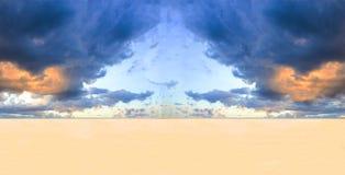 Stormachtige wolken over woestijn stock foto