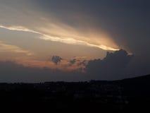 Stormachtige zonsondergang stock afbeelding