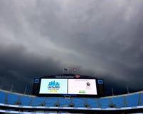 Stormar ?ver Bank of America StadiumCarolina Panthers moln stormar p? den outnyttjade ?lfestivalen arkivfoton